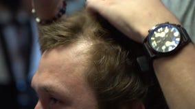 Frisör som utformar hår till en man lager videofilmer