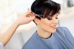 FrisörCuttings Womans hår i skönhetsalong. Frisyr arkivbild