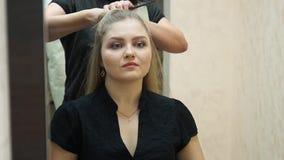 Frisören gör frisyrblondinflickan Hairstylingprocess lager videofilmer
