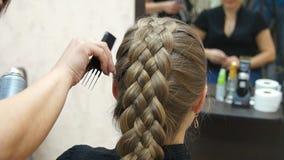 Frisören gör frisyrblondinflickan Hairstylingprocess arkivfilmer