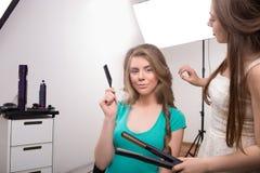 Frisören gör hårstil av kvinnan in royaltyfria foton