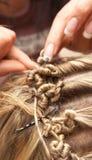 Frisören gör hairdress till bruden arkivbild
