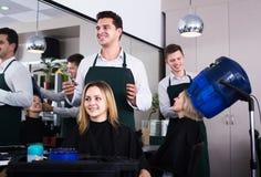 Frisören klipper hår på salongen Fotografering för Bildbyråer