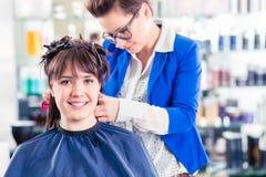 Frisören som utformar kvinnahår shoppar in Royaltyfri Bild