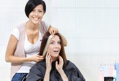 Frisörförsöklås av färgat hår på klient arkivfoto