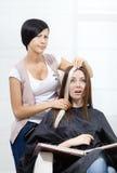 Frisörförsöklås av färgat hår på kvinna royaltyfri foto