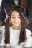 Frisörkonstnär som gör yrkesmässigt smink av det unga asiatsnittet arkivfoto