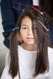 Frisörkonstnär som gör yrkesmässigt smink av det unga asiatsnittet fotografering för bildbyråer