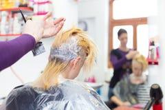 Frisörsalong Kvinna under hårfärg Arkivfoton