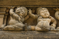 Fris av dvärgar på buddistisk byggnadsfasad Royaltyfri Bild