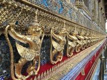 Fris av mytiska bevingade fåglar på en tempel på Royal Palace i Bangkok Arkivfoto