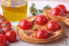 Frisa met tomaat, olijfolie en orego stock fotografie