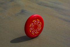 Frisbee die op een strand rollen stock fotografie