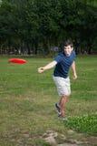frisbeeman som leker utomhus barn Royaltyfri Foto