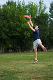 frisbeeman som leker utomhus barn royaltyfria foton