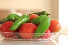 Frisch ausgewählte organische Tomaten und Anaheim-Pfeffer stockbilder