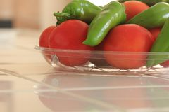 Frisch ausgewählte organische Tomaten und Anaheim-Pfeffer lizenzfreie stockbilder