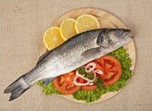 Frisch Bass-Fische mit Gemüse Stockfotos