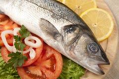 Frisch Bass-Fische mit Gemüse Stockbild