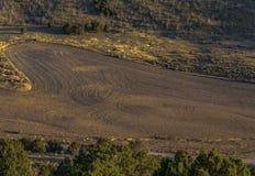Frisch bebautes Ackerland mit Landschaftsansicht Stockfoto