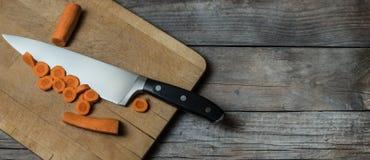 Frisch cutted Karotten auf altem Holztisch lizenzfreies stockfoto