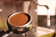 Frisch filtern Bohnen des gemahlenen Kaffees in einem Metall Lizenzfreies Stockfoto