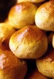Frisch gebackene Brötchen Stockfotos