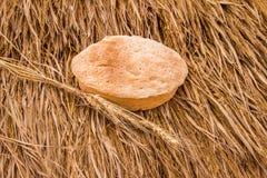 Frisch gebackene Brot- und Weizenährchen auf Heuschober Lizenzfreie Stockfotografie