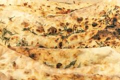 Frisch gebackene chiabats liegen auf einer Tabelle, die mit Rosmarin gewürzt wird stockbilder