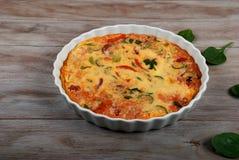 Frisch gebackene Crustless Quiche mit Gemüse Familienmahlzeit lizenzfreies stockfoto