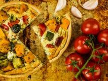 Frisch gebackene Gemüsequiche oder Obsttorte lizenzfreie stockfotos