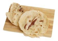 Frisch gebackene gerollte Blinis oder Krepps lokalisiert Lizenzfreies Stockbild
