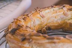 Frisch gebackene köstliche profiteroles umfasst mit Schokolade und Lizenzfreie Stockbilder