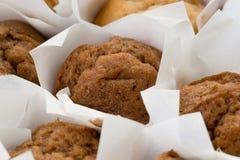 Frisch gebackene kleine Muffinkuchen Stockbilder
