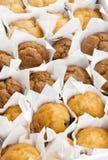 Frisch gebackene kleine Muffins backt in den Reihen zusammen Stockfotos