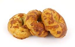 Frisch gebackene Käse- und Zwiebelenbagel Lizenzfreie Stockfotos
