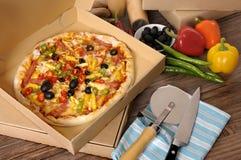 Frisch gebackene Pizza im Lieferungskasten mit Bestandteilen Lizenzfreies Stockbild