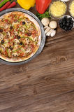 Frisch gebackene Pizza mit Bestandteilen und copyspace Lizenzfreies Stockbild