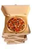 Frisch gebackene Pizza mit Stapel Lieferungskästen Lizenzfreies Stockbild