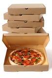 Frisch gebackene Pizza mit Stapel Lieferungskästen Stockfotografie