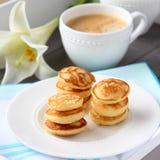 Frisch gebackene poffertjes - traditionelle niederländische kleine Pfannkuchen Stockfotografie