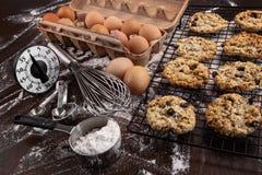 Frisch gebackene Rosine- und Hafermehlplätzchen Stockfotografie
