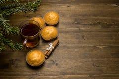 Frisch gebackene rustikale Brötchen mit Tee auf dem Tisch Lizenzfreie Stockfotografie