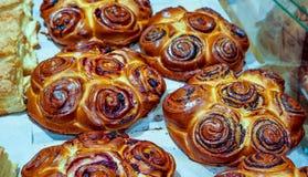 Frisch gebackene süße Brötchen oder Brötchen mit schwarzer süßer Mohnblume als bester Sache für Frühstücks- und Tee- oder Kaffeez Stockfotos