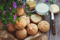 Frisch gebackene selbst gemachte Roggenbrötchen und Glas Milch Lizenzfreies Stockbild
