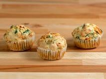 Frisch gebackene wohlschmeckende Muffins mit Cheddarkäse, Spinat und grünem Pfeffer Stockfotografie