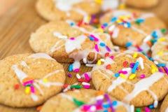 Frisch gebackene Zuckerplätzchen auf hölzernem Brett Lizenzfreie Stockbilder