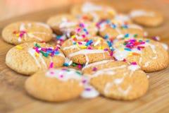 Frisch gebackene Zuckerplätzchen mit weißer Zuckerglasurnahaufnahme Lizenzfreies Stockbild