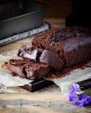 Frisch gebackener Schokoladenkuchen auf dem Küchentisch stockbilder