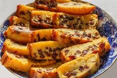 Frisch gebackener und geschnittener Schwammfruchtkuchen mit Rosinen auf Platte Lizenzfreie Stockbilder